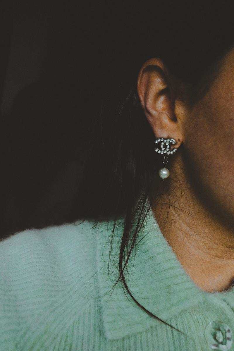 flaviana boni maglione con colletto color menta e orecchini di chanel